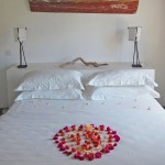 03_bakwa_lodge_lagoon_suite_bedroom_with_heart_deco_flower